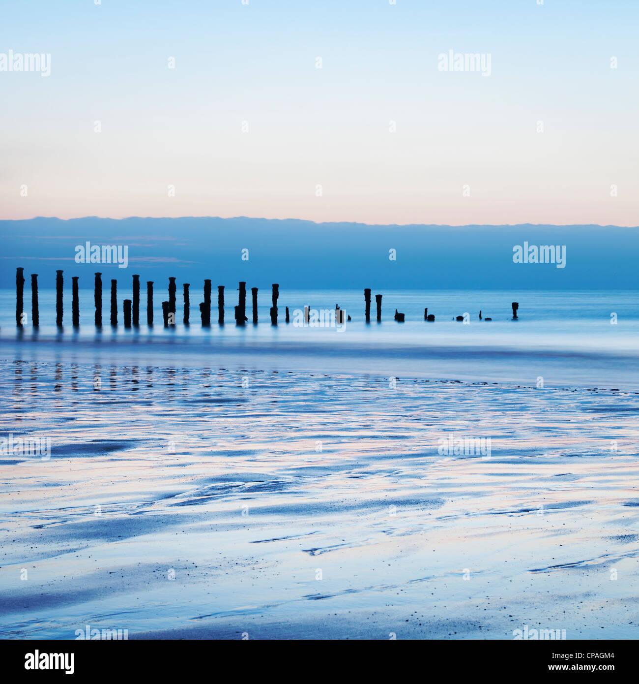Vecchio mare difese a Alba, acqua liscia da una lunga esposizione. Immagini Stock