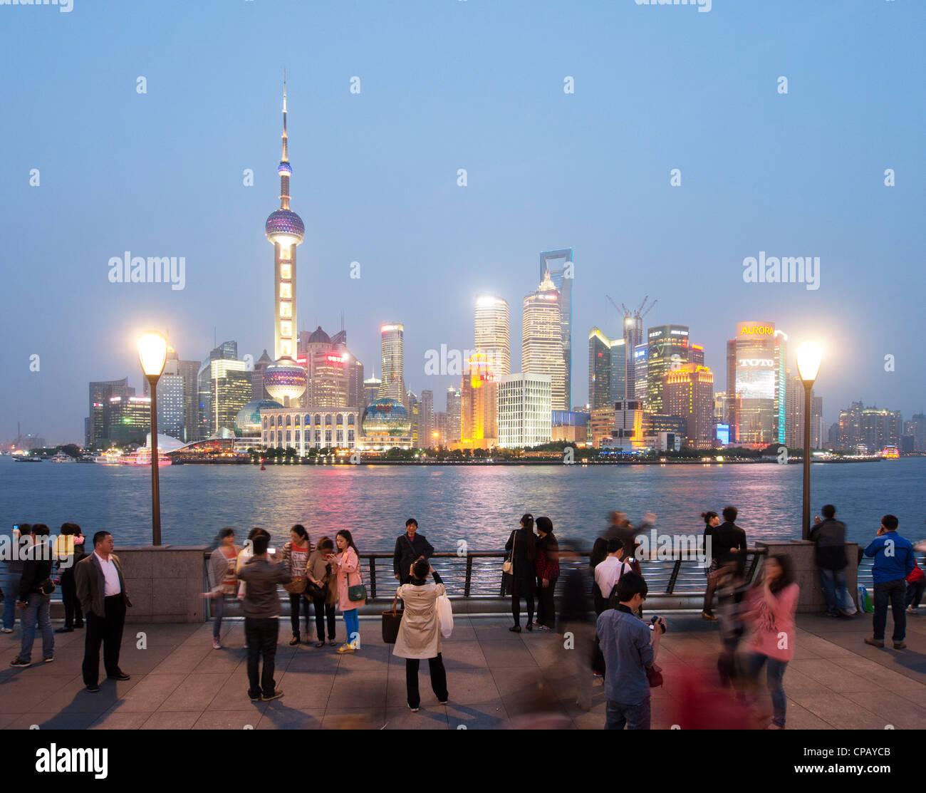 Vista serale dal Bund del paesaggio urbano del quartiere Pudong di Shanghai in Cina Immagini Stock