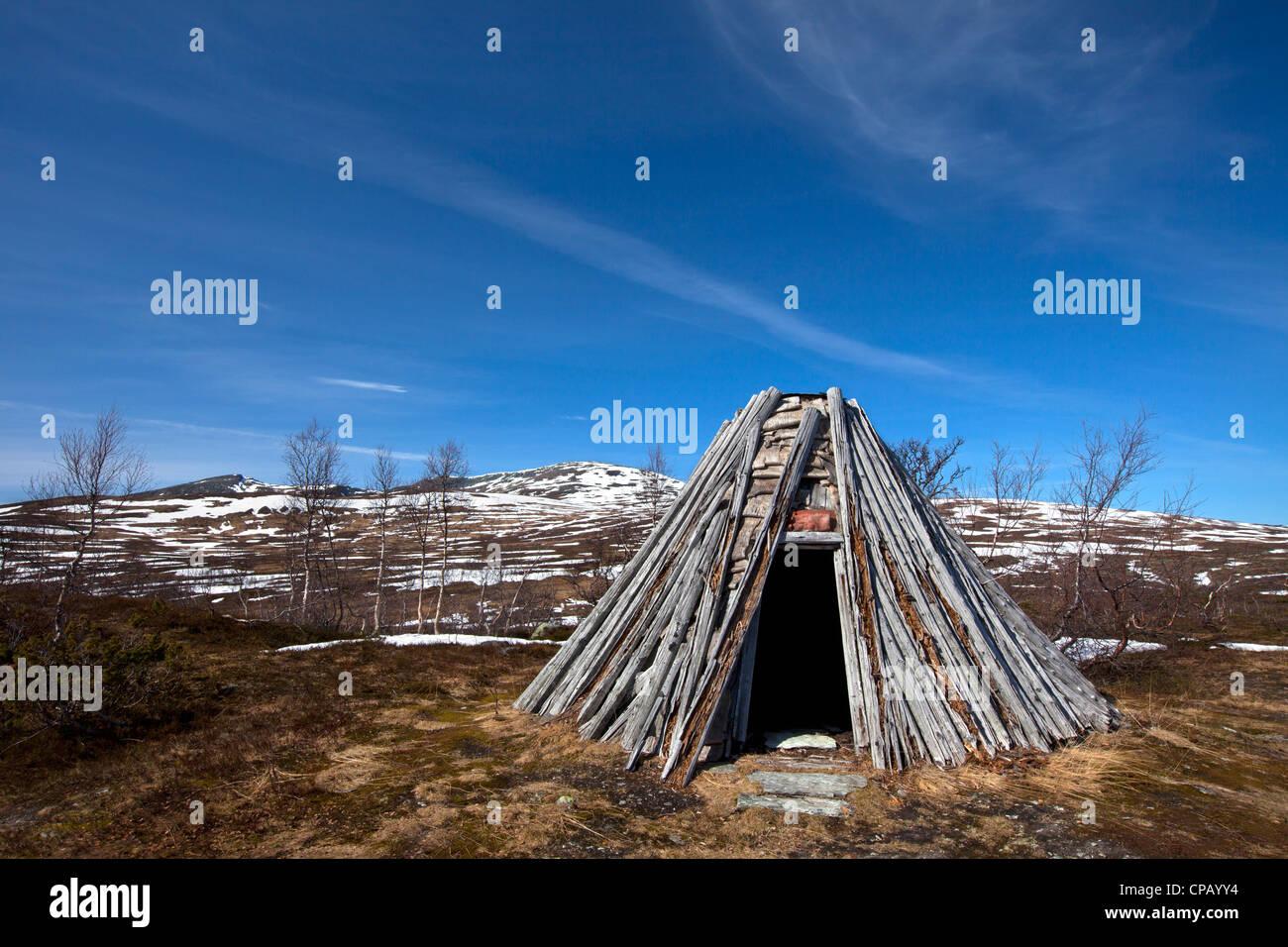 Un goahti / kota, Sami tradizionale baita in legno sulla tundra in primavera in Lapponia, Svezia Immagini Stock