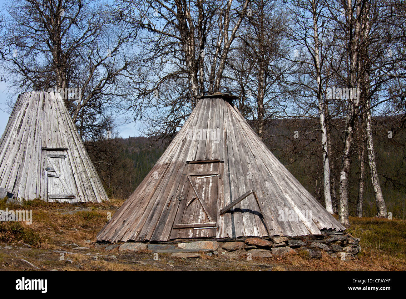 Goahti / kota, Sami tradizionali capanne in legno sulla tundra, Lapponia, Svezia Immagini Stock