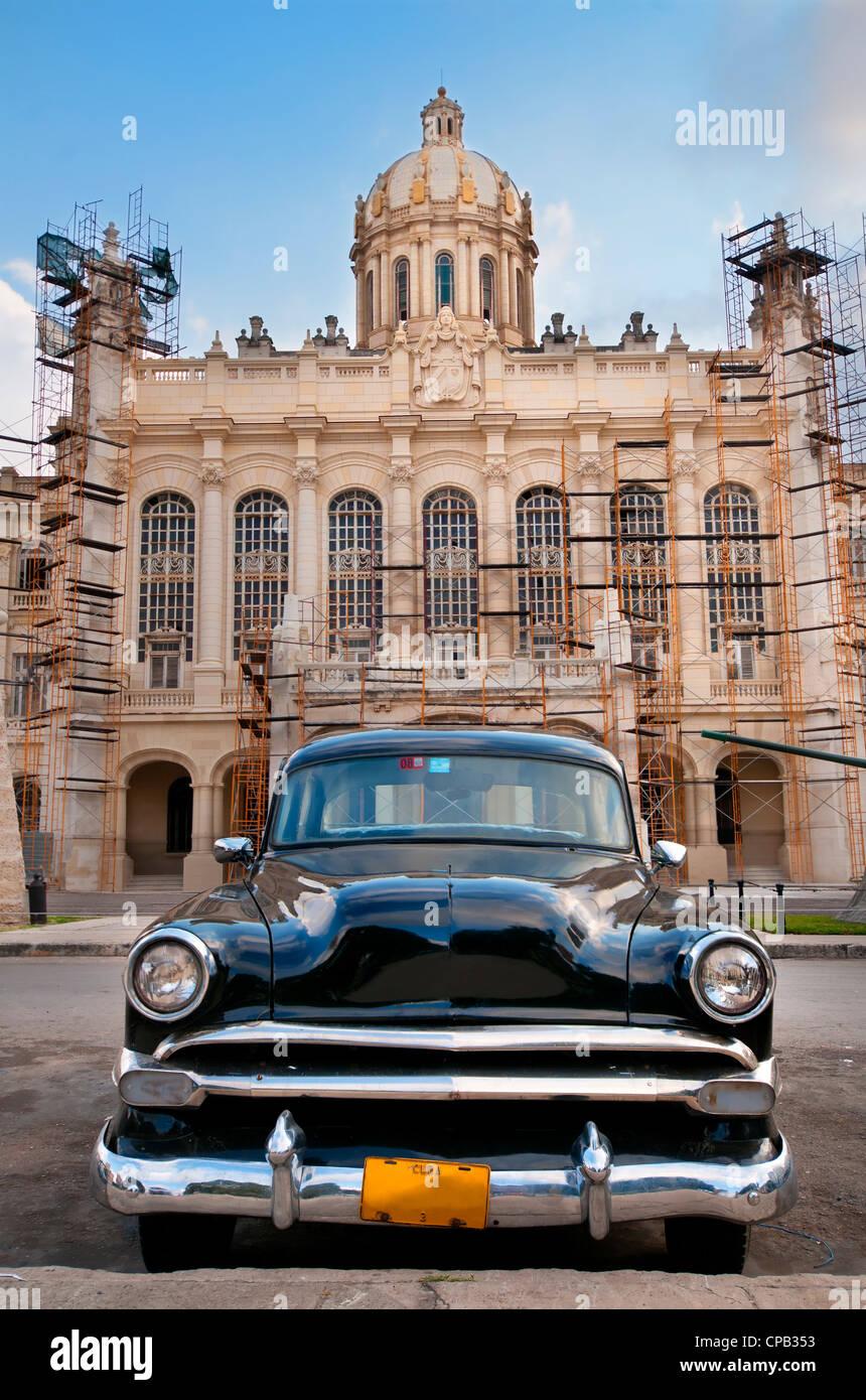 Vecchio american automobile parcheggiata davanti al palazzo presidenziale, ora museo della rivoluzione a l'Avana, Immagini Stock
