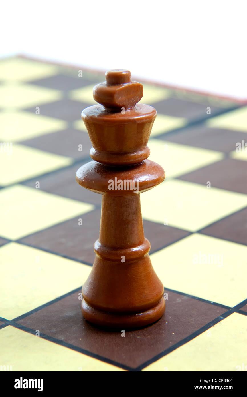 Re bianco a scacchi sulla scacchiera Immagini Stock
