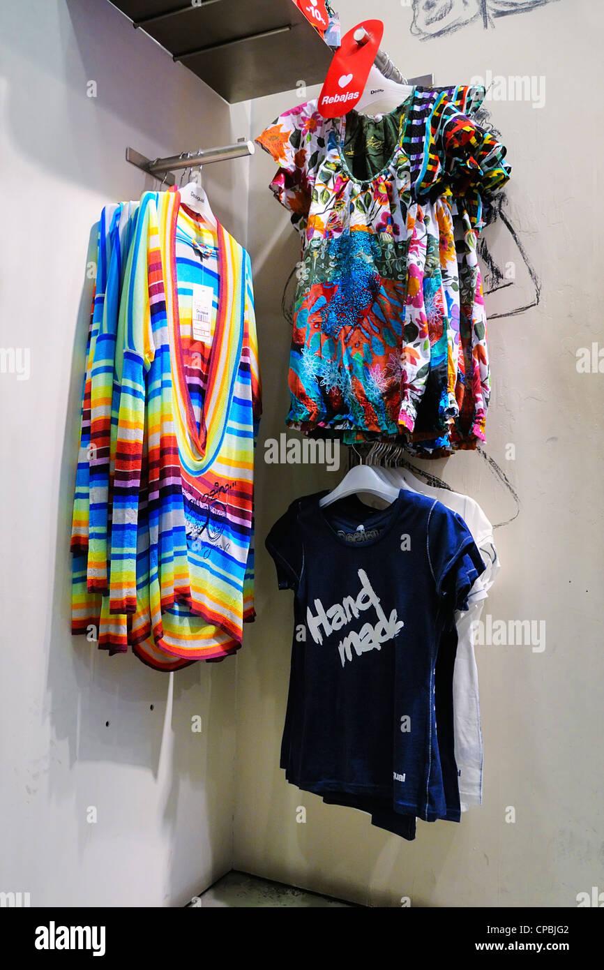 size 40 3d600 8ea5b All'interno di un Desigual negozio di abbigliamento a ...