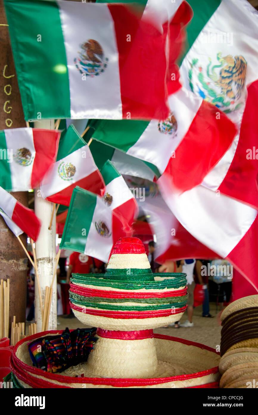 Cappelli messicano e bandiere per la vendita Foto   Immagine Stock ... 2e4bca4c47b3