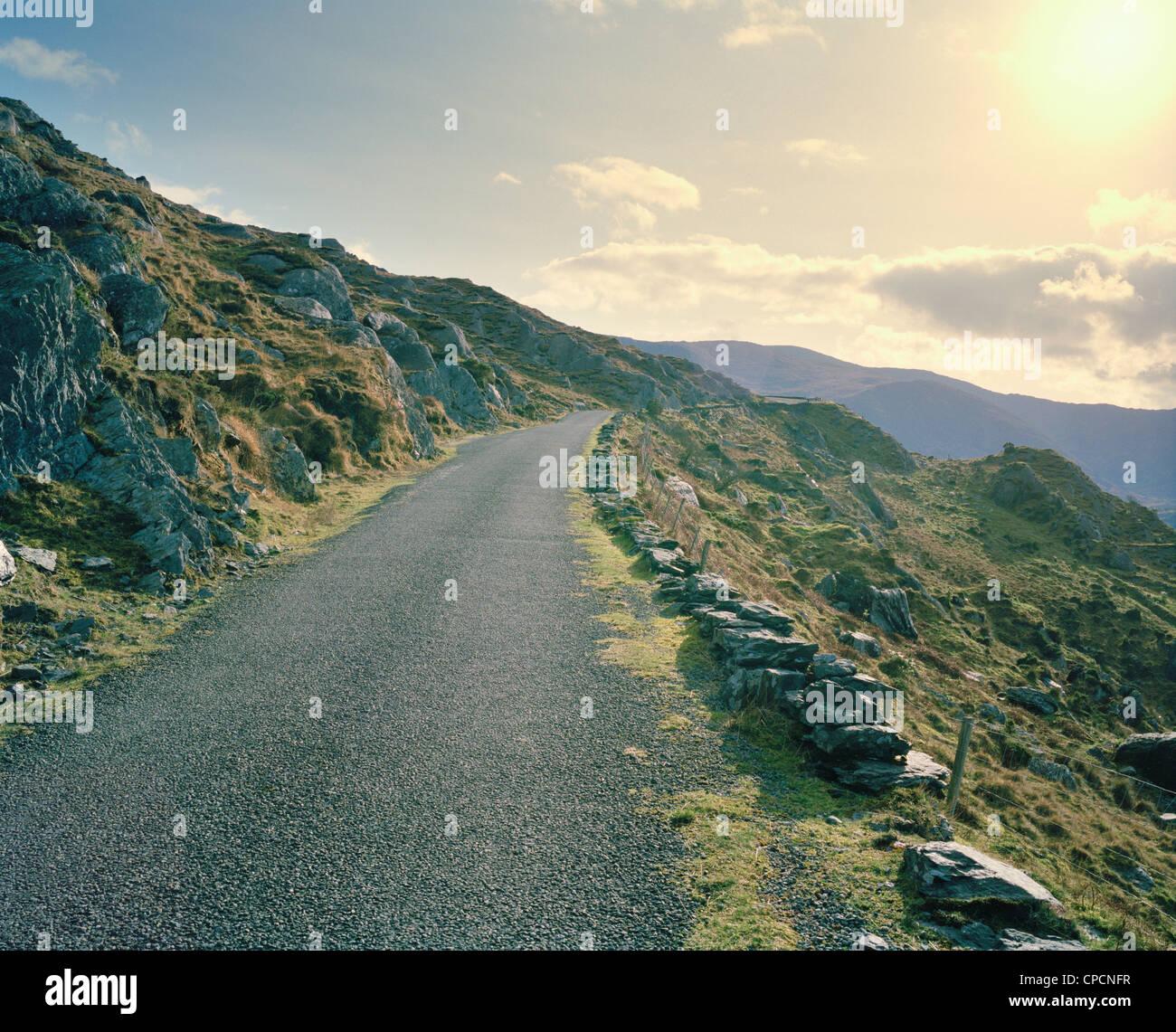 Lastricata strada rurale sul versante della montagna Immagini Stock