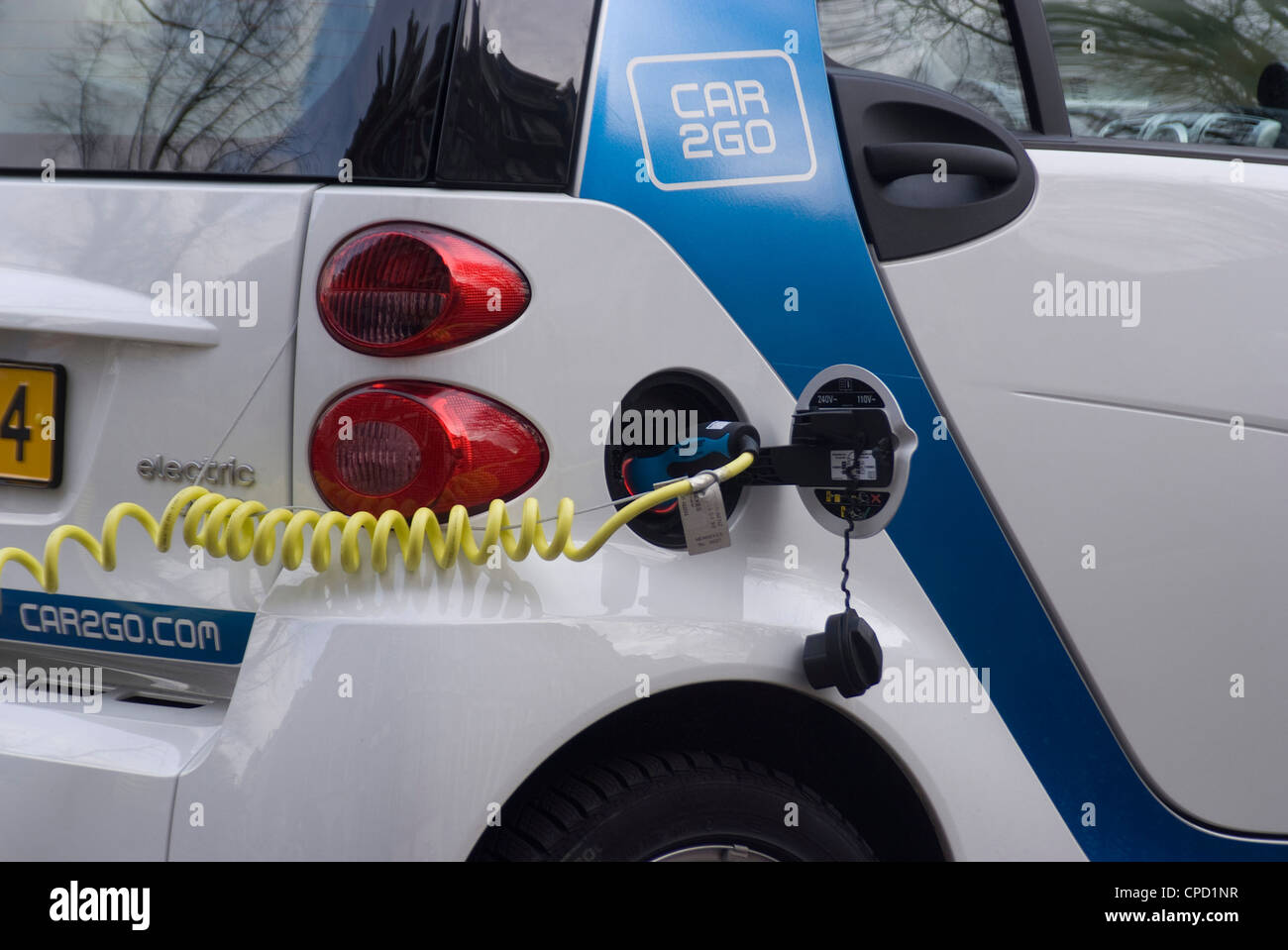 La ricarica di una macchina elettrica, Amsterdam, Paesi Bassi, Europa Immagini Stock