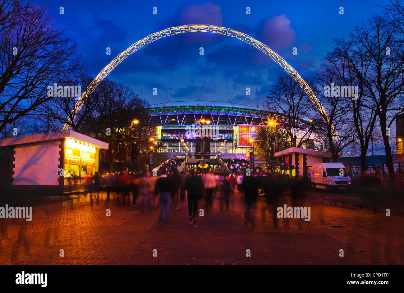 Lo stadio di Wembley con Inghilterra sostenitori di entrare nella sede di gioco internazionale di Londra, Inghilterra, Immagini Stock