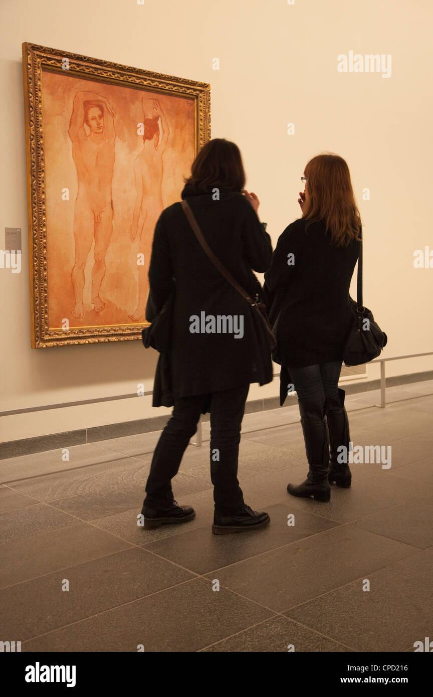 Due giovani donne ammirando un Picasso dipinto nella galleria Orangerie, Parigi, Francia, Europa Immagini Stock