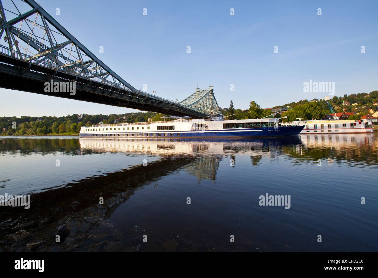 La nave di crociera al di sotto di un ponte sul fiume Elba vicino a Dresda, Sassonia, Germania, Europa Immagini Stock