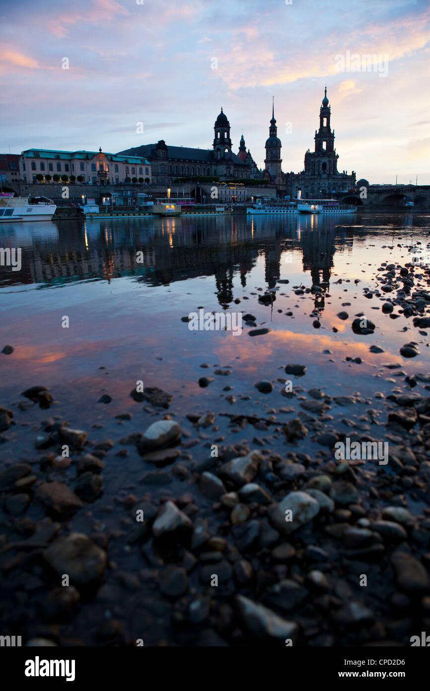 Alba sul fiume Elba a Dresda in background, in Sassonia, Germania, Europa Immagini Stock