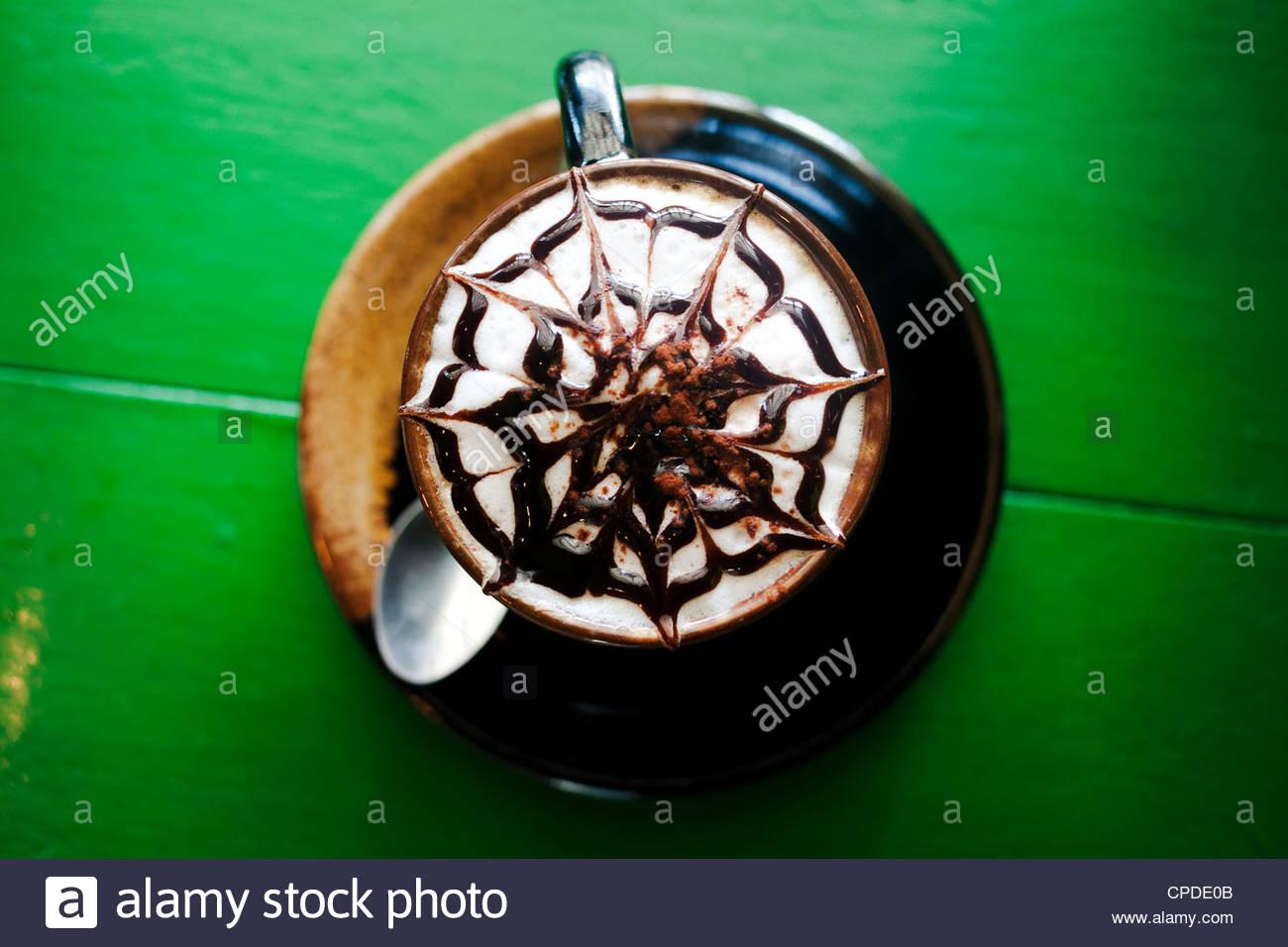 Design decorativo in schiuma sul latte Foto Stock