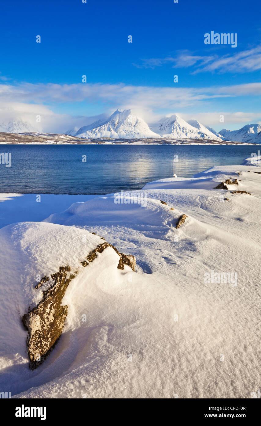 Breivikeidet, guardando attraverso Ullsfjord, verso il sud delle Alpi Lyngen, Troms, Norvegia, Scandinavia, Europa Immagini Stock