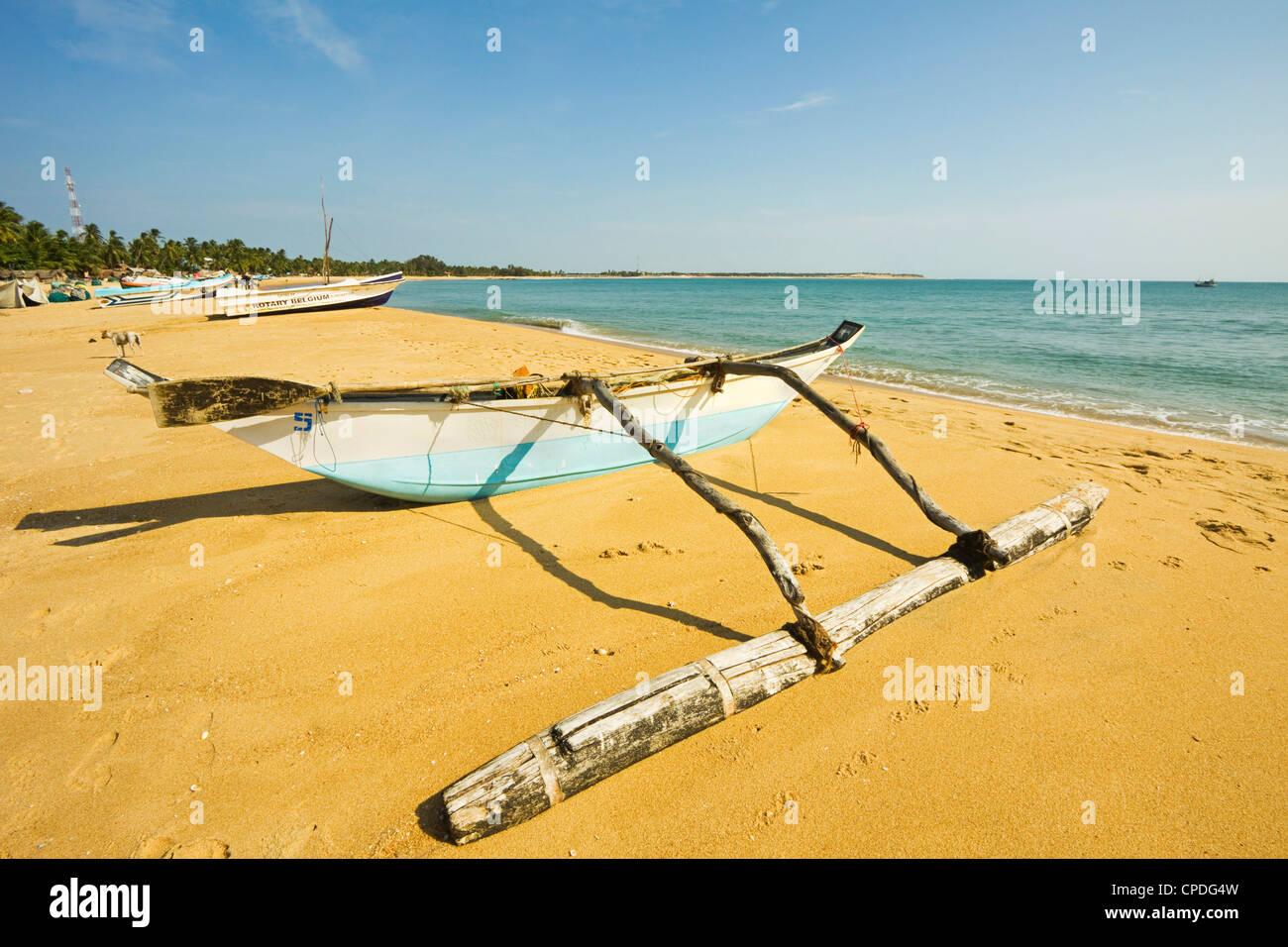 Il vecchio stile outrigger barca da pesca, Arugam Bay, Provincia Orientale, Sri Lanka Immagini Stock