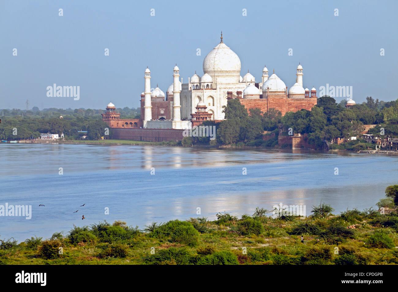 Taj Mahal, Sito Patrimonio Mondiale dell'UNESCO, attraverso la Jumna Yamuna (Fiume), Agra, nello stato di Uttar Immagini Stock