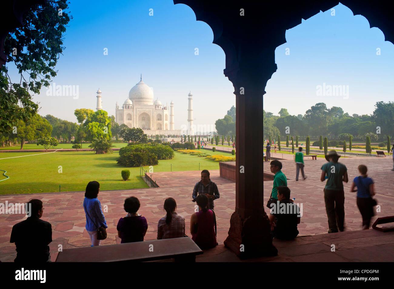 Taj Mahal, Sito Patrimonio Mondiale dell'UNESCO, visto attraverso decorativi in pietra archway, Agra, nello Immagini Stock