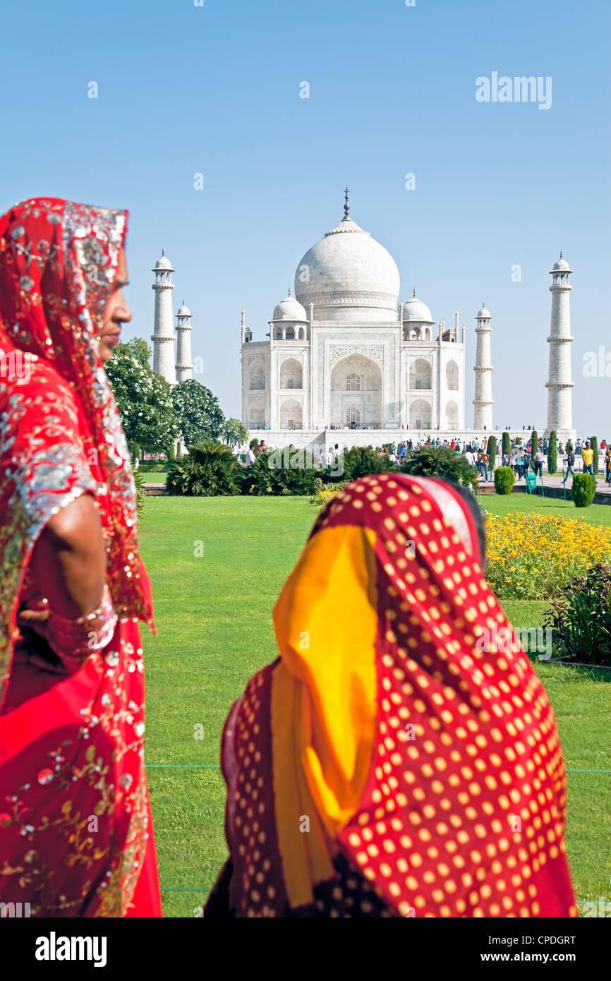 Le donne in sari colorati al Taj Mahal, Sito Patrimonio Mondiale dell'UNESCO, Agra, nello stato di Uttar Pradesh, Immagini Stock