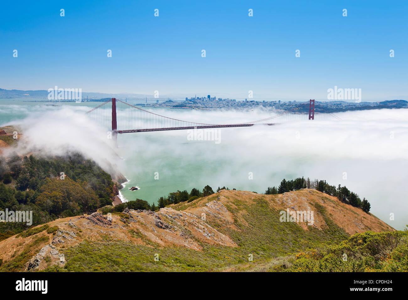 Il Ponte Golden Gate e la skyline di San Francisco galleggiante sopra la nebbia in un giorno di nebbia a San Francisco, Immagini Stock