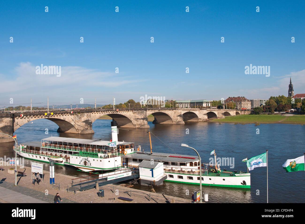 Barca fluviale sul fiume Elba al Ponte di Augusto (Augustusbrucke), Dresda, Sassonia, Germania, Europa Immagini Stock