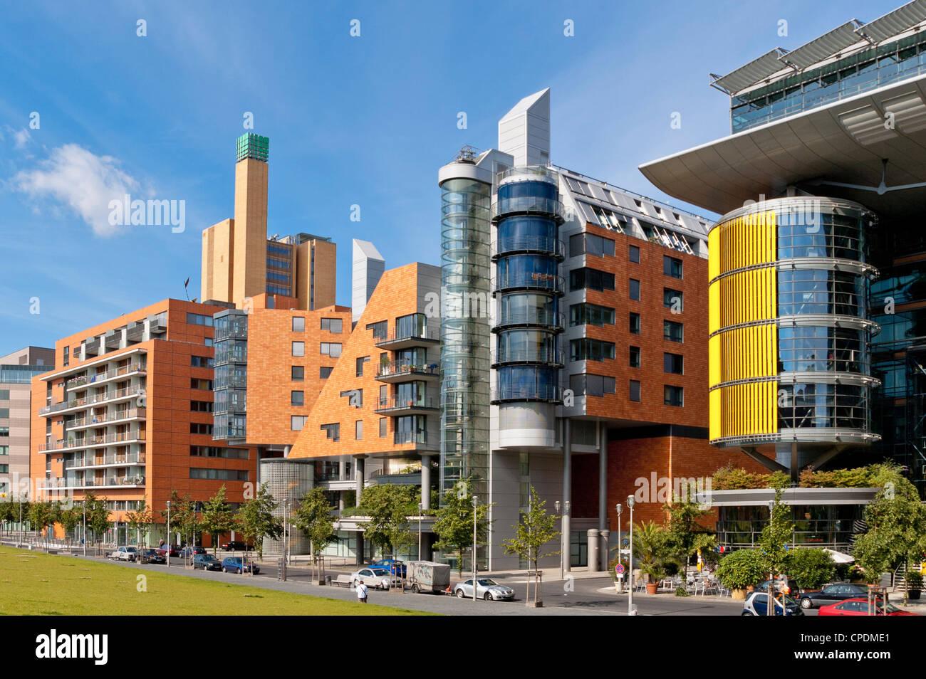 Daimler uffici, negozi al dettaglio e architetto residenziale progettata architettura moderno complesso sulla Linkstrasse, Immagini Stock