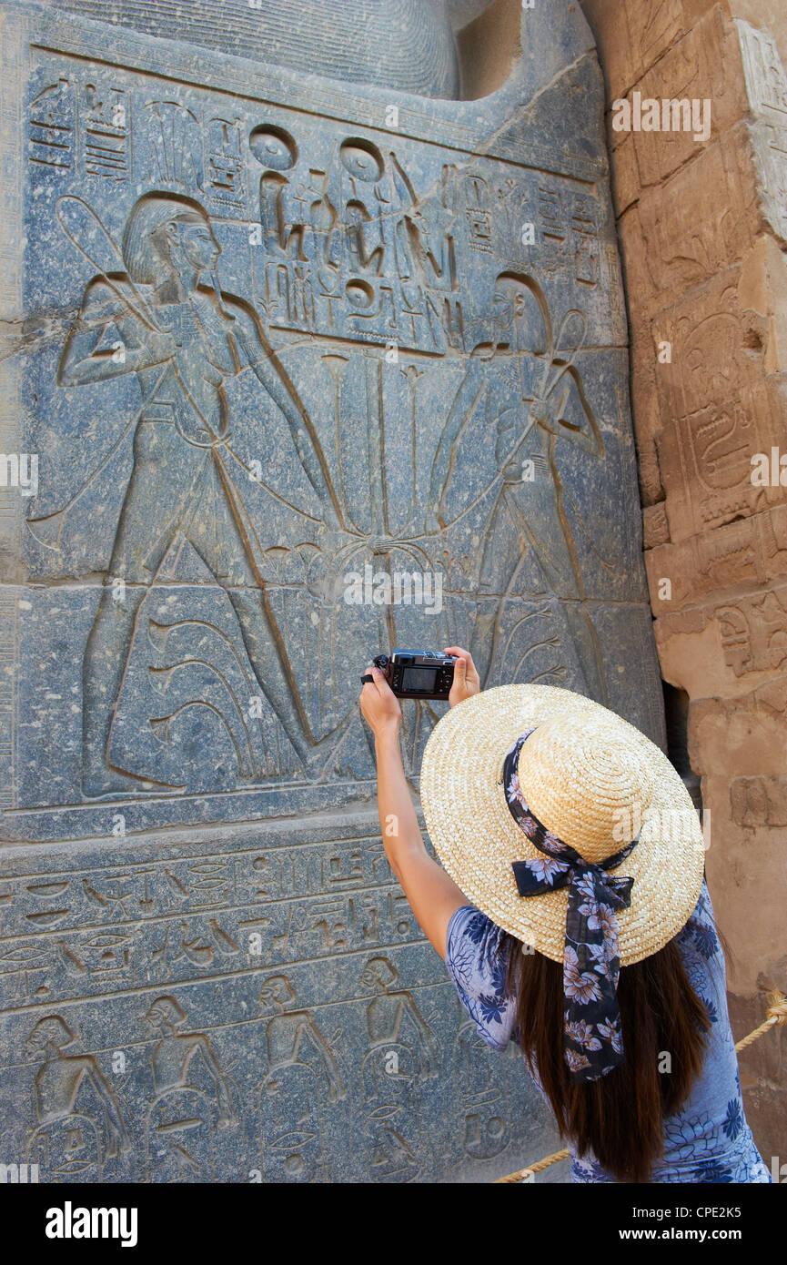 Turistica prendendo una fotografia, il Tempio di Luxor, Tebe, Sito Patrimonio Mondiale dell'UNESCO, Egitto, Immagini Stock