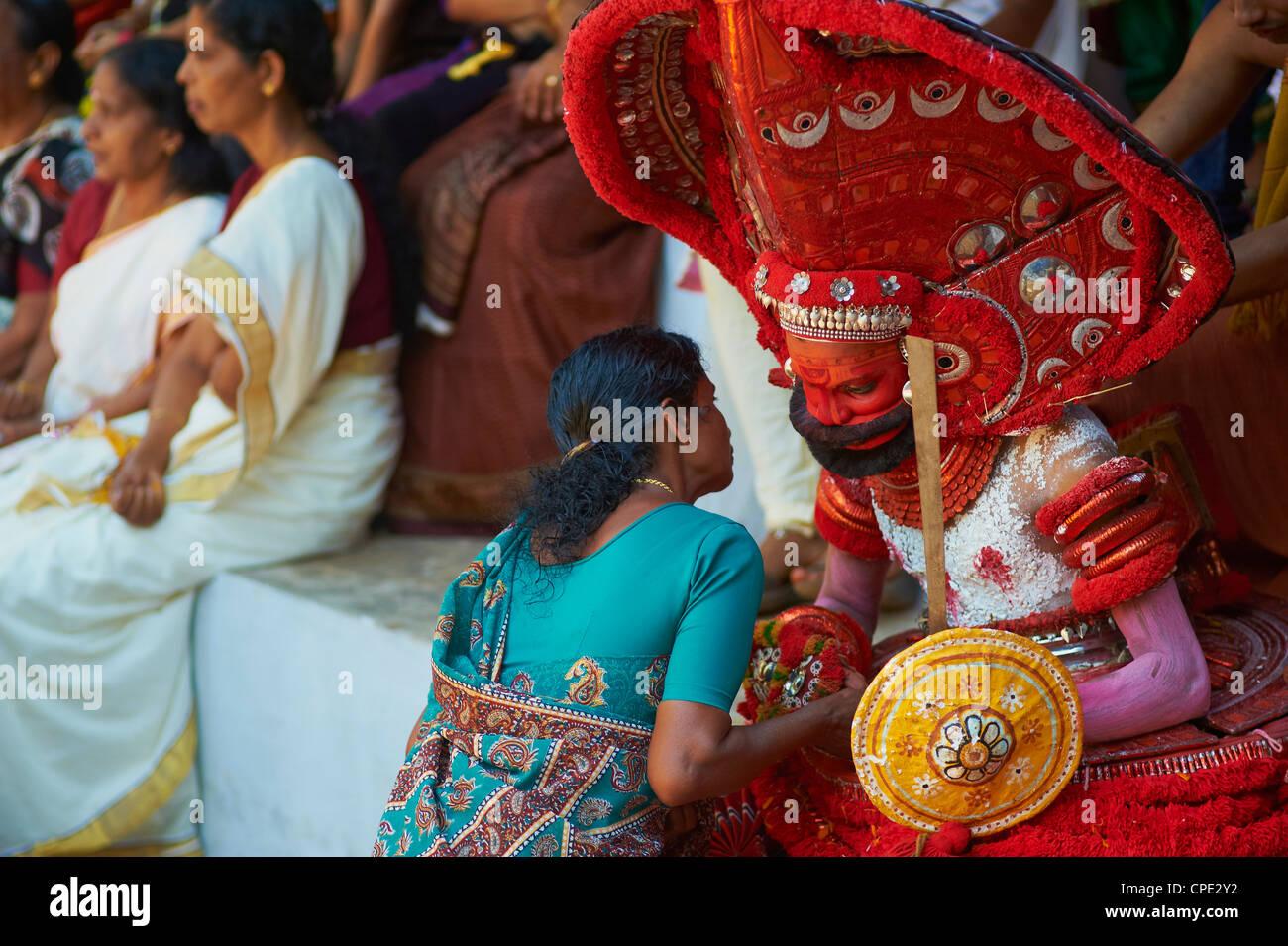Uomo in costume che rappresenta un dio alla cerimonia Teyyam, vicino Kannur, Kerala, India, Asia Immagini Stock