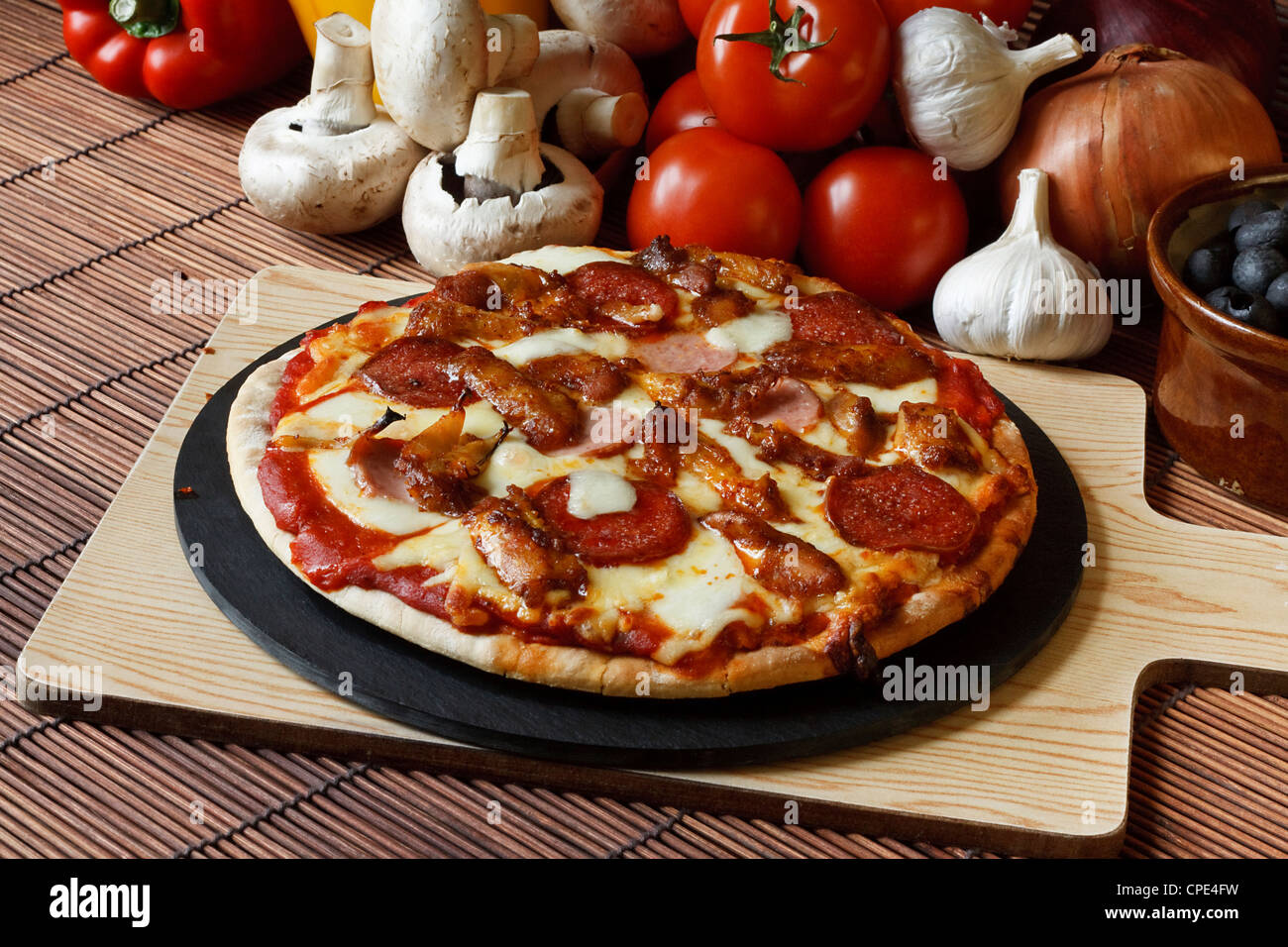 Barbecue barbecue o festa di carne pizza con un condimento di salsiccia per pizza, salsicce, salami e ali di pollo Immagini Stock