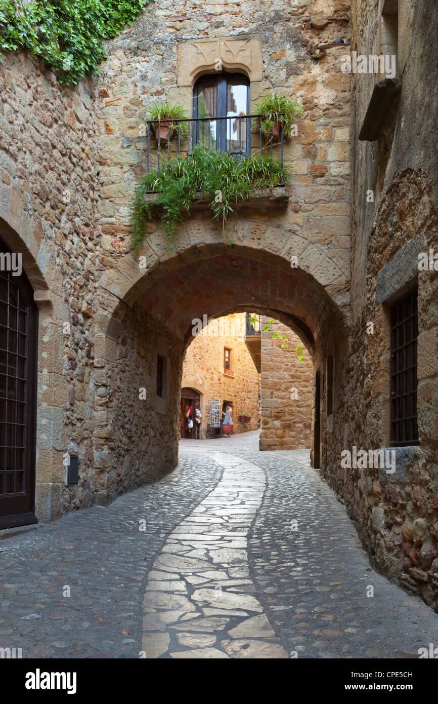 Scena di strada nella città vecchia, Pals in Costa Brava Catalogna, Europa Foto Stock
