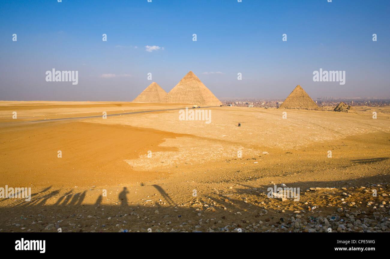 In ritardo le ombre dei turisti al punto panoramico con vista sulle Piramidi di Giza, con il Cairo in background, Immagini Stock