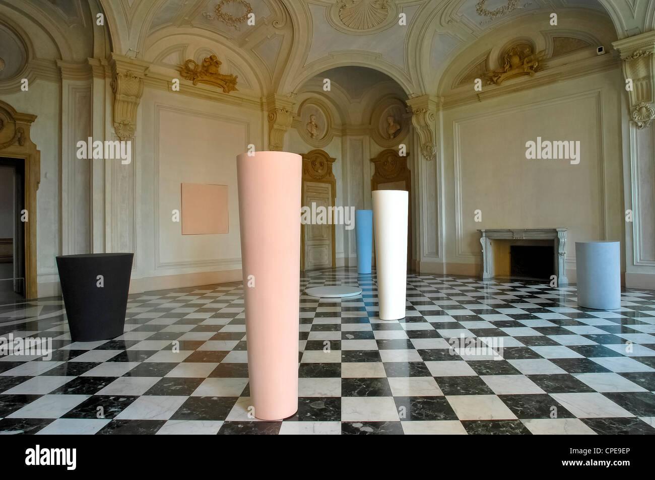 Europa Italia Piemonte Castello di Rivoli Museo d Arte Contemporanea autore Ettore Spalletti 'Anfore Bacile Immagini Stock