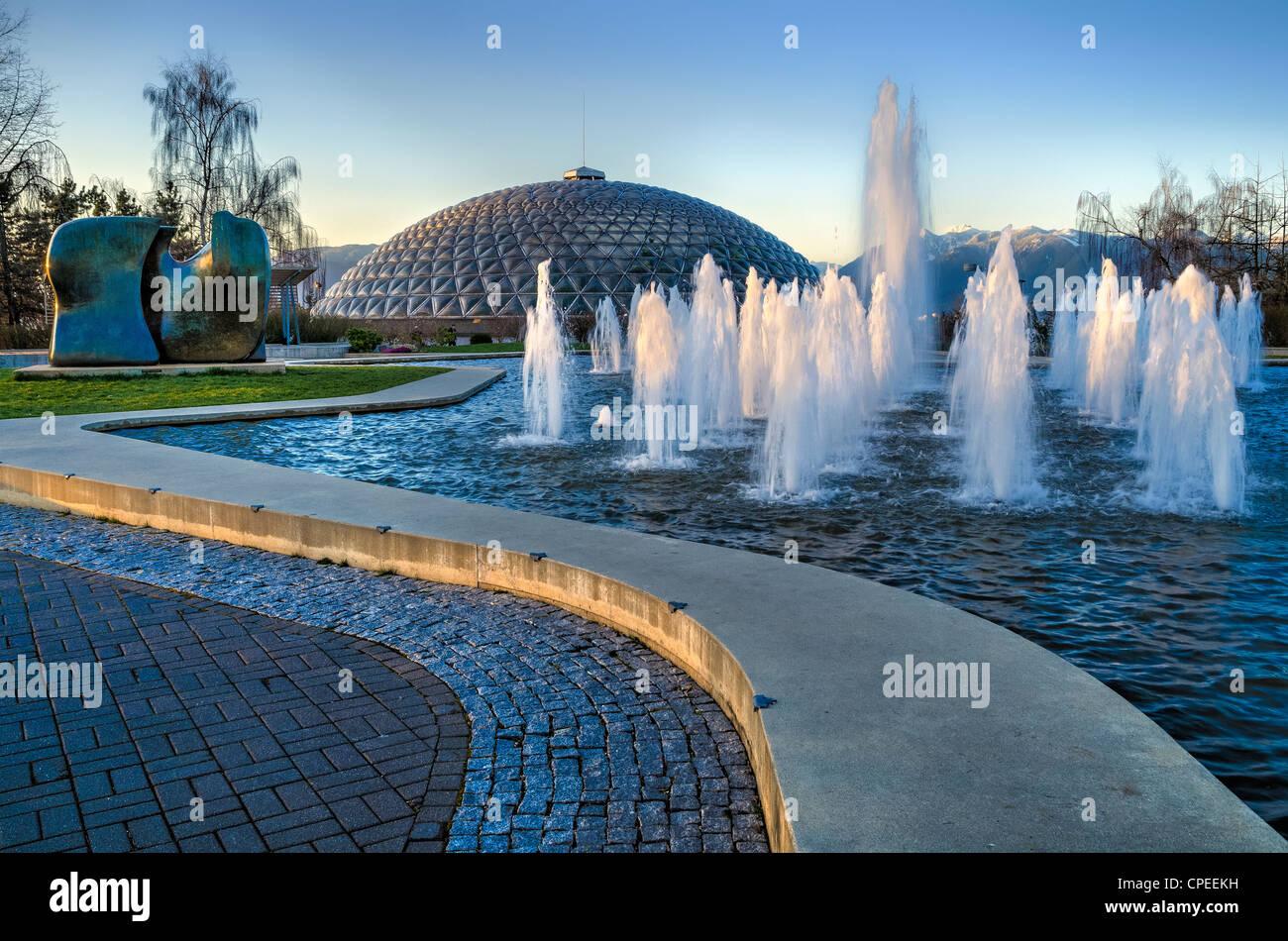 """Bloedel Conservatory fontana e Henry Moore scultura """"coltello"""", Queen Elizabeth Park, Vancouver, British Immagini Stock"""
