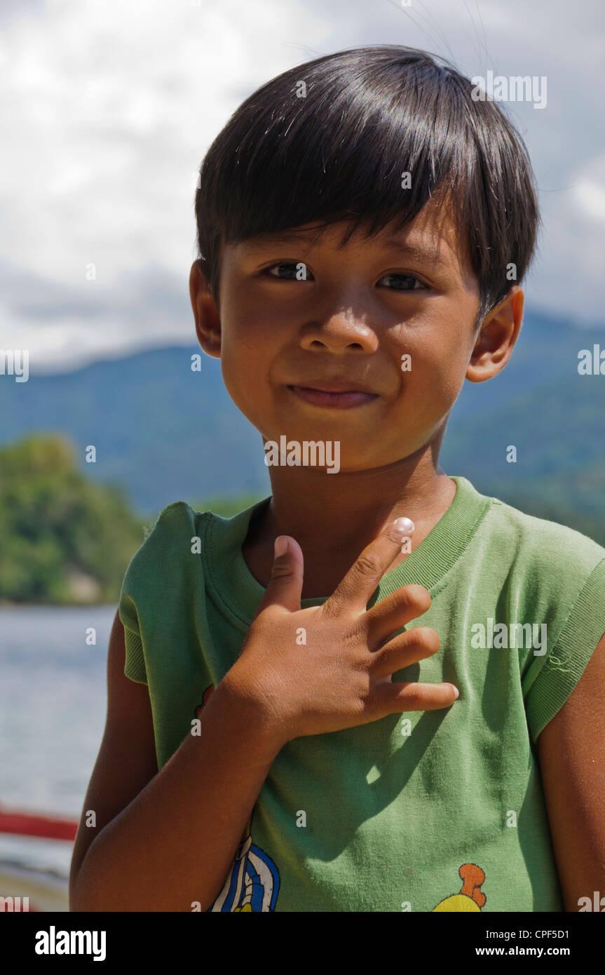 Carino bello Asian ragazzo filippino sorridente cercando nella fotocamera, Puerto Galera Oriental Mindor Filippine Immagini Stock