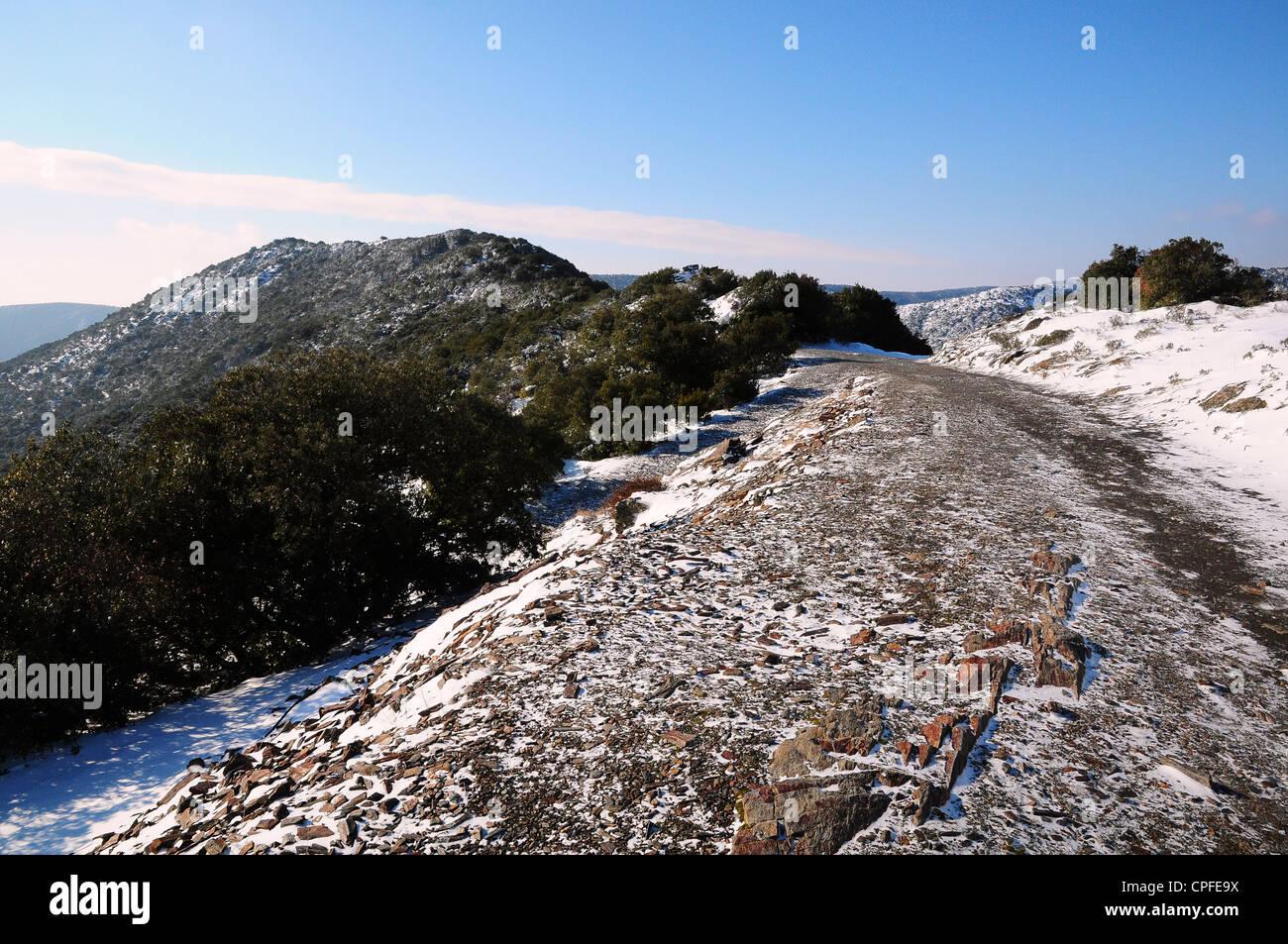 Percorso intorno alla montagna con una spolverata di Neve Montagne Noire, Francia Immagini Stock
