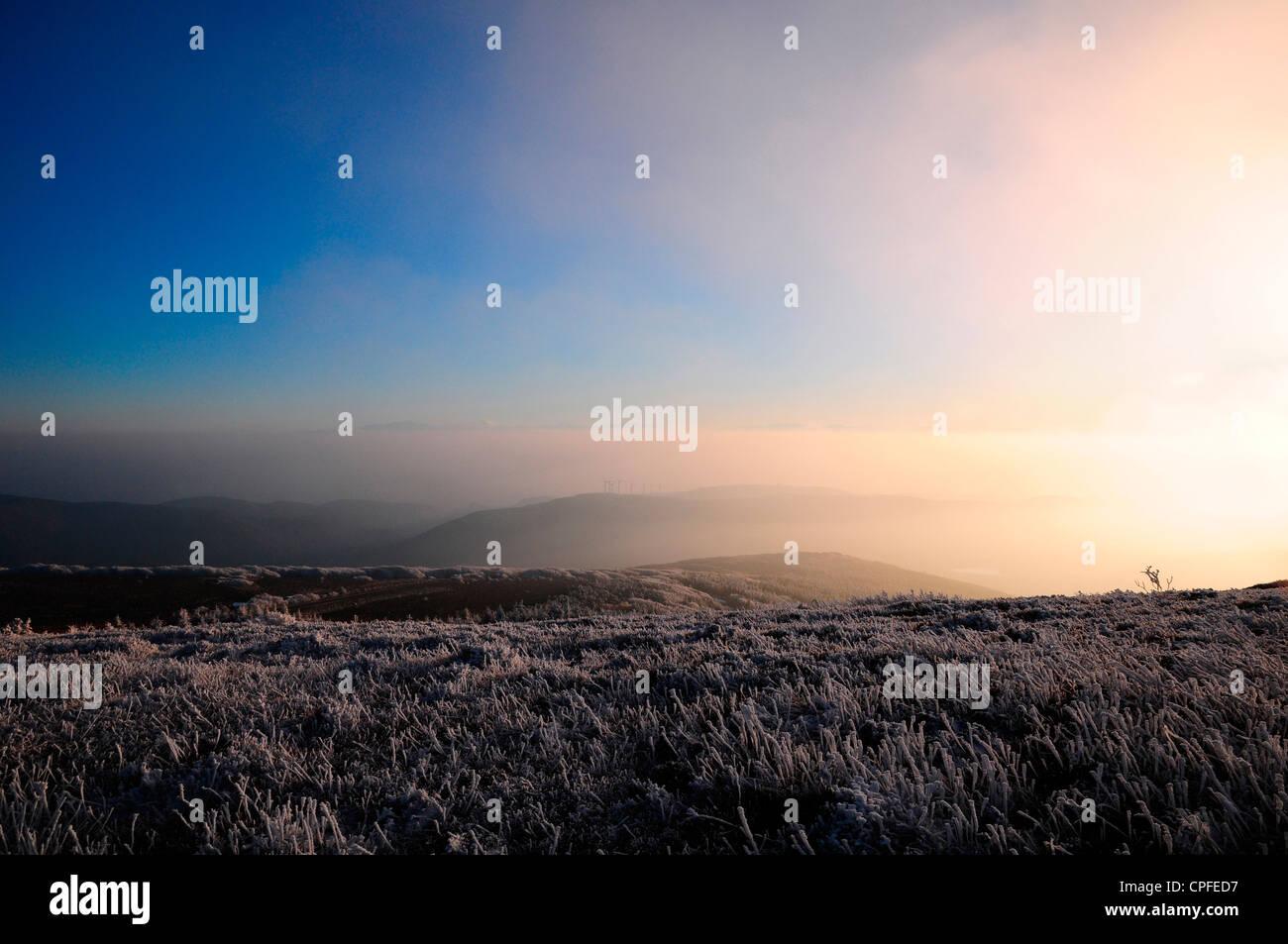 Misty tramonto in inverno su La Montagne Noire Immagini Stock