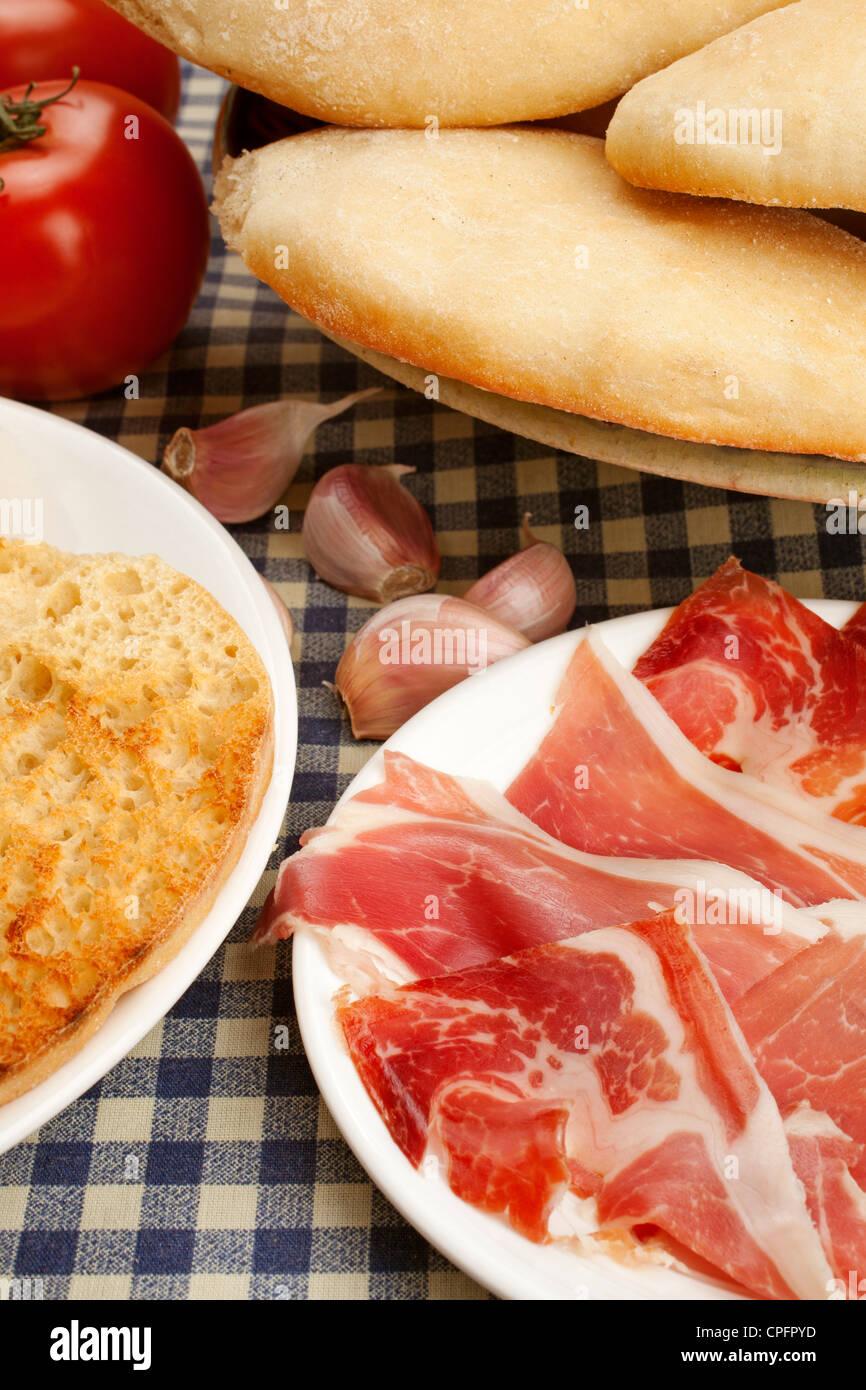 Tipica colazione mollete con prosciutto e pomodoro olio Antequera Malaga Andalusia Spagna Immagini Stock