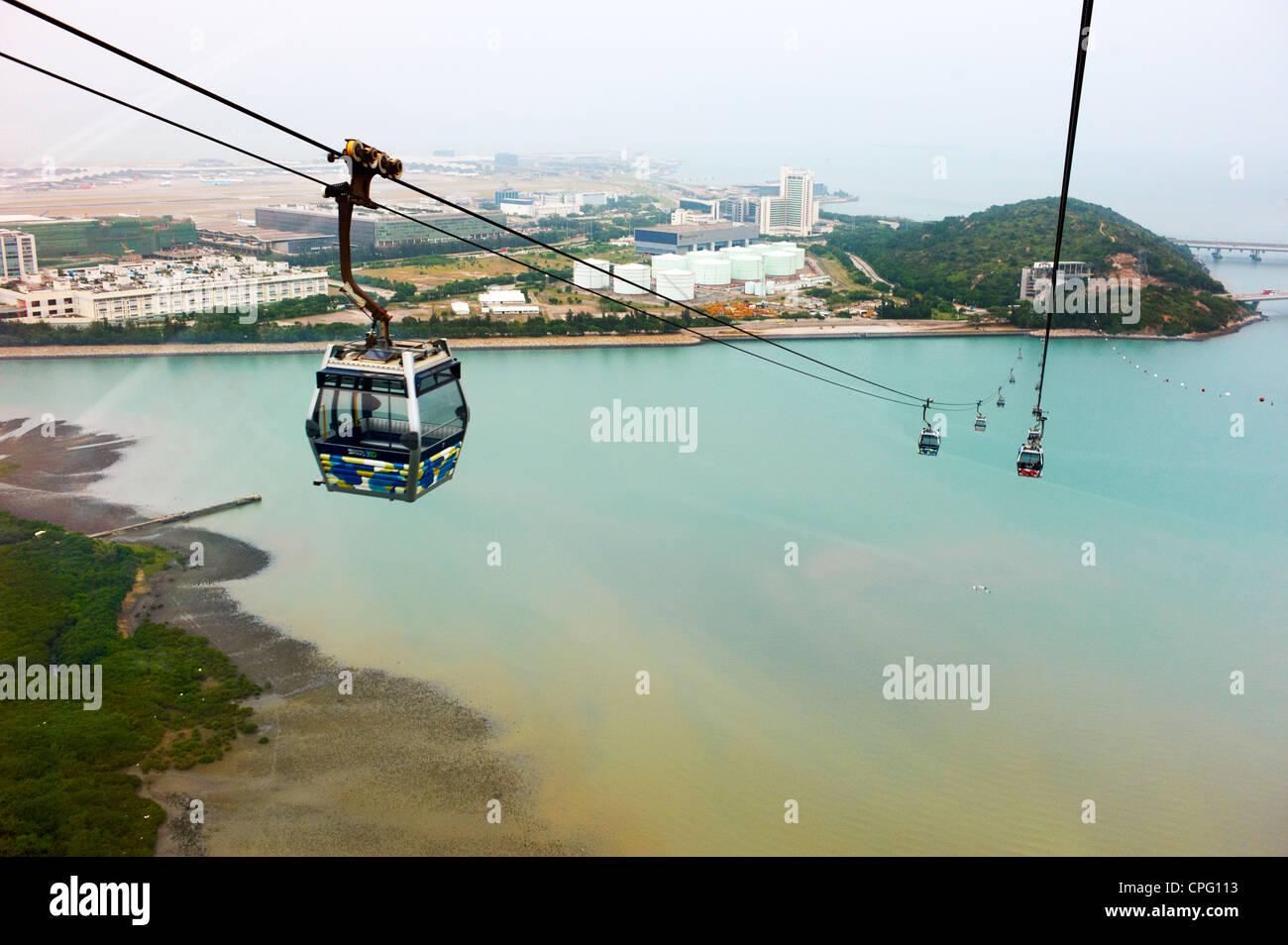 La funivia scende giù il Monastero Po Lin sulla Ngong Ping, l'Isola di Lantau. Immagini Stock