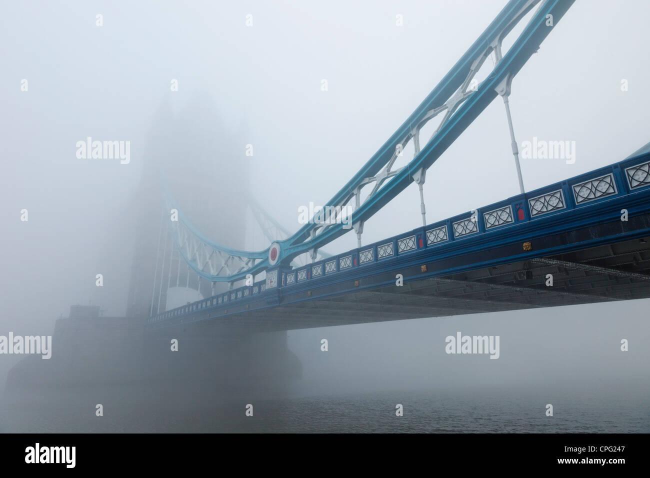 Inghilterra, Londra, Southwark, Tower Bridge e il fiume Tamigi nella nebbia Immagini Stock