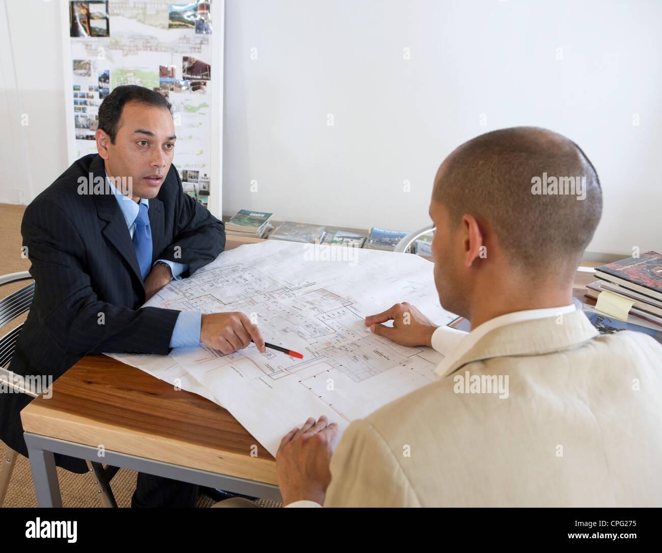 Due imprenditori discutendo su blueprint. Immagini Stock