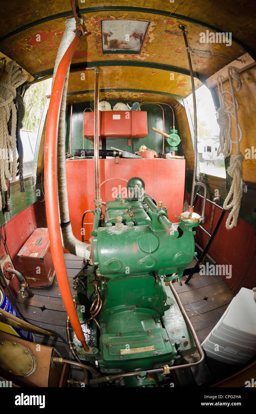 Entrobordo diesel il motore di un canale stretto barca Immagini Stock