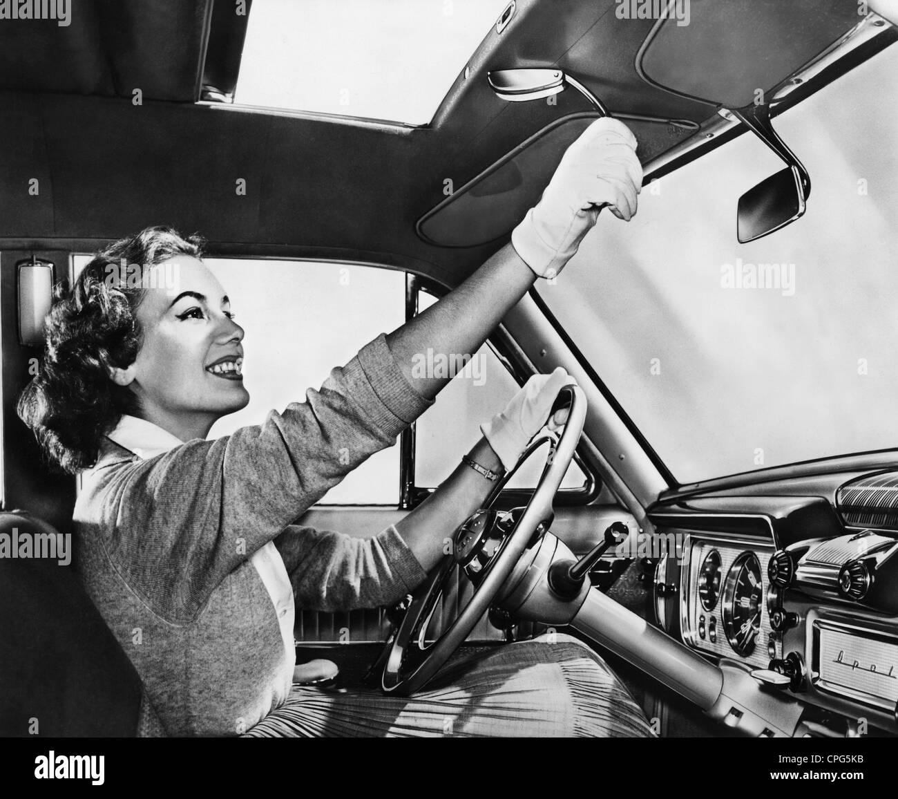 Trasporti / trasporto auto, dettaglio, di sole sul tetto, donna è l'apertura del tetto di una Opel, 1950s, Immagini Stock