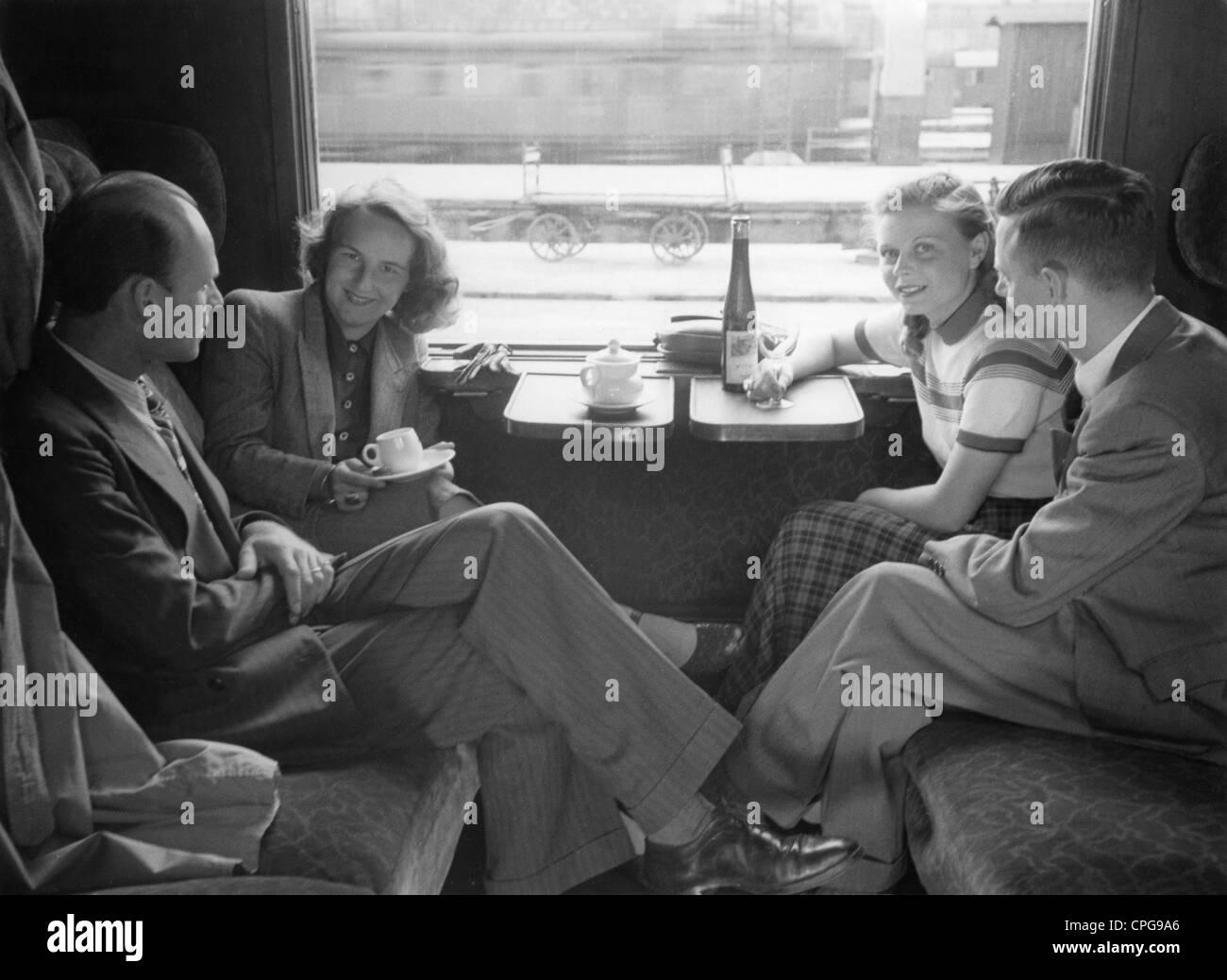Turismo, due coppie nel vano del treno, 1950s, 50s, xx secolo, la storica, storica, ferrovia, ferrovia, ferrovie, Immagini Stock