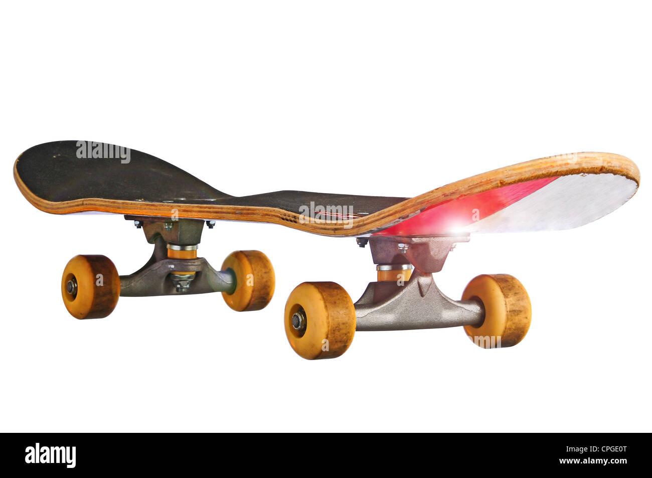 Skateboard in corrispondenza di un angolo obliquo isolato con un tracciato di ritaglio in modo da poterlo posizionare Immagini Stock