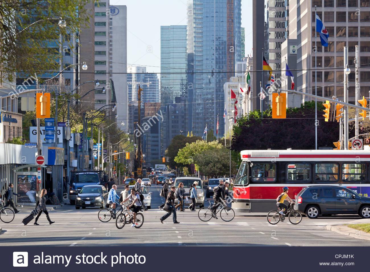 Mattina sul viale Università guardando a sud verso il centro cittadino con College Street red tram in Toronto Immagini Stock