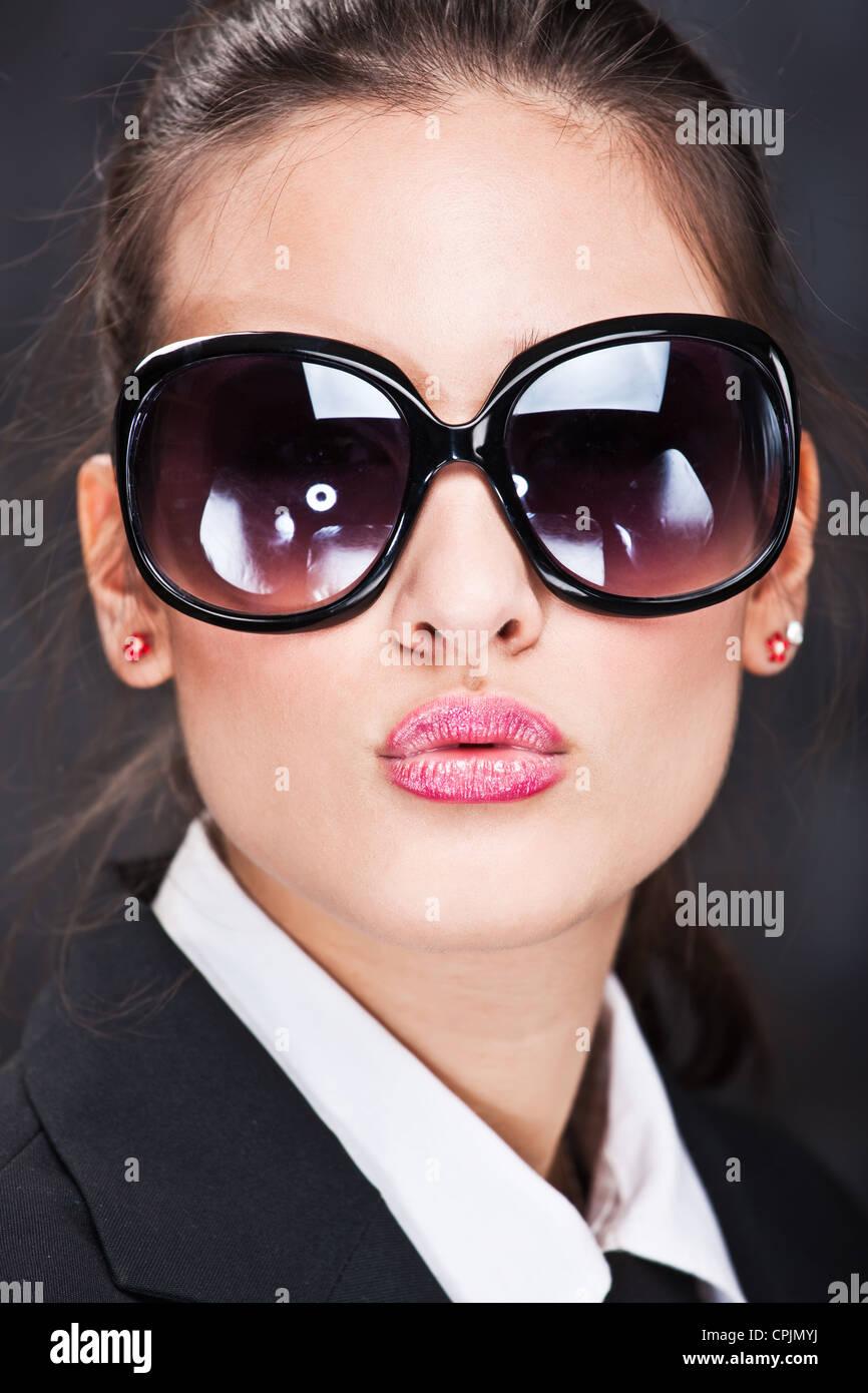 Bella ragazza con grandi occhiali da sole invio kiss Immagini Stock