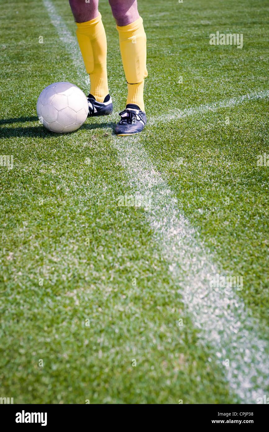 Il calcio o il giocatore di calcio sul campo Immagini Stock