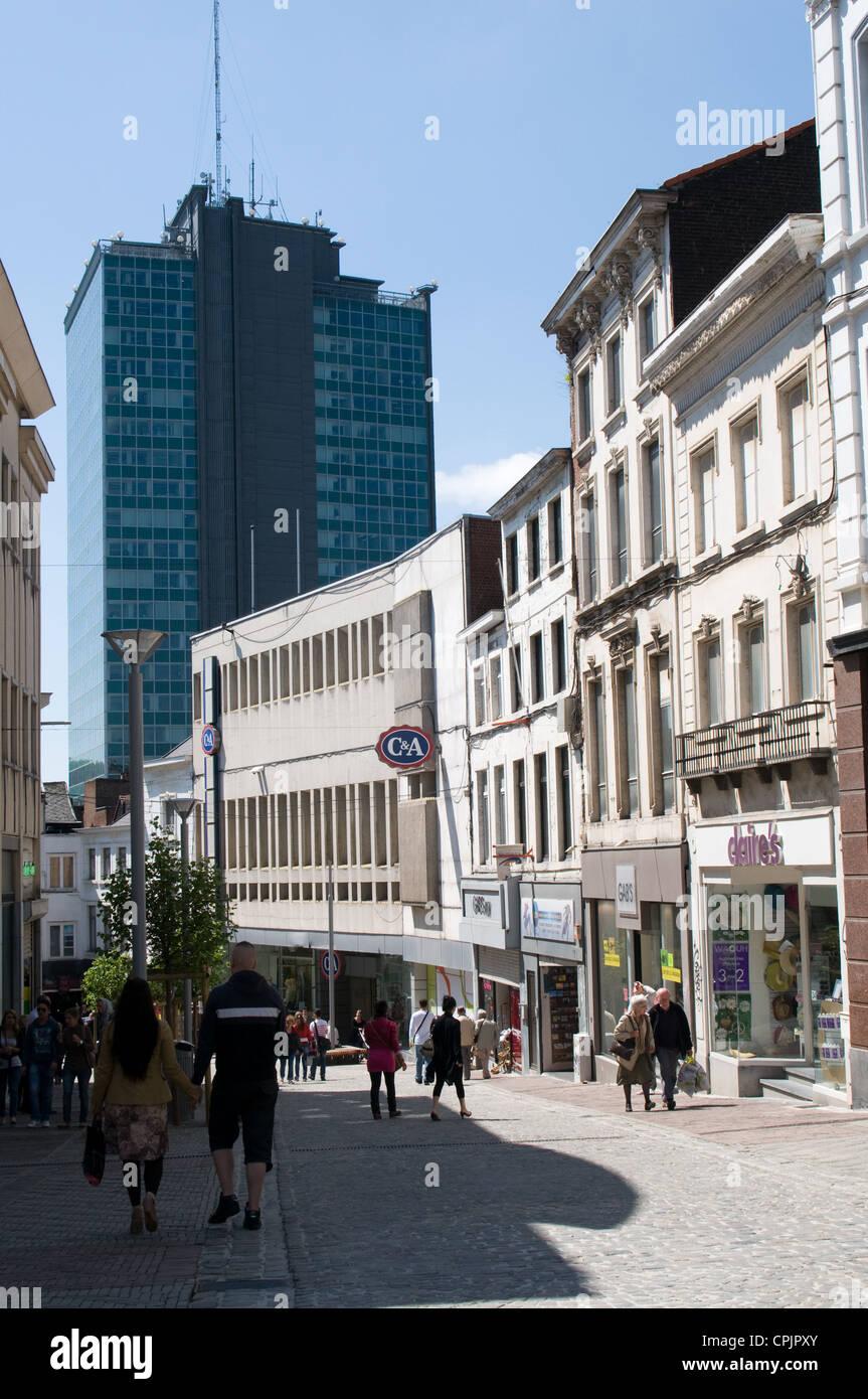Una vista di Rue de la Montagne, che è una zona pedonale di via dello shopping nel centro di Charleroi, Belgio Immagini Stock