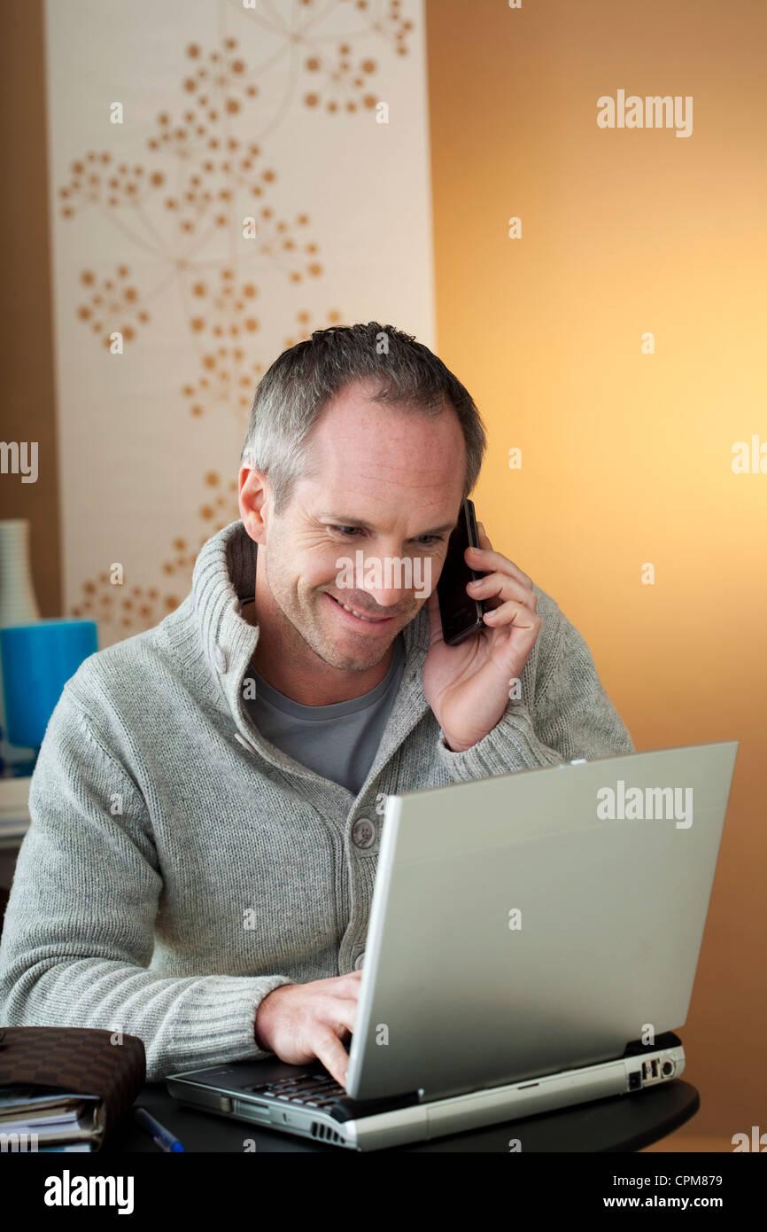 Uomo che utilizza un computer Immagini Stock