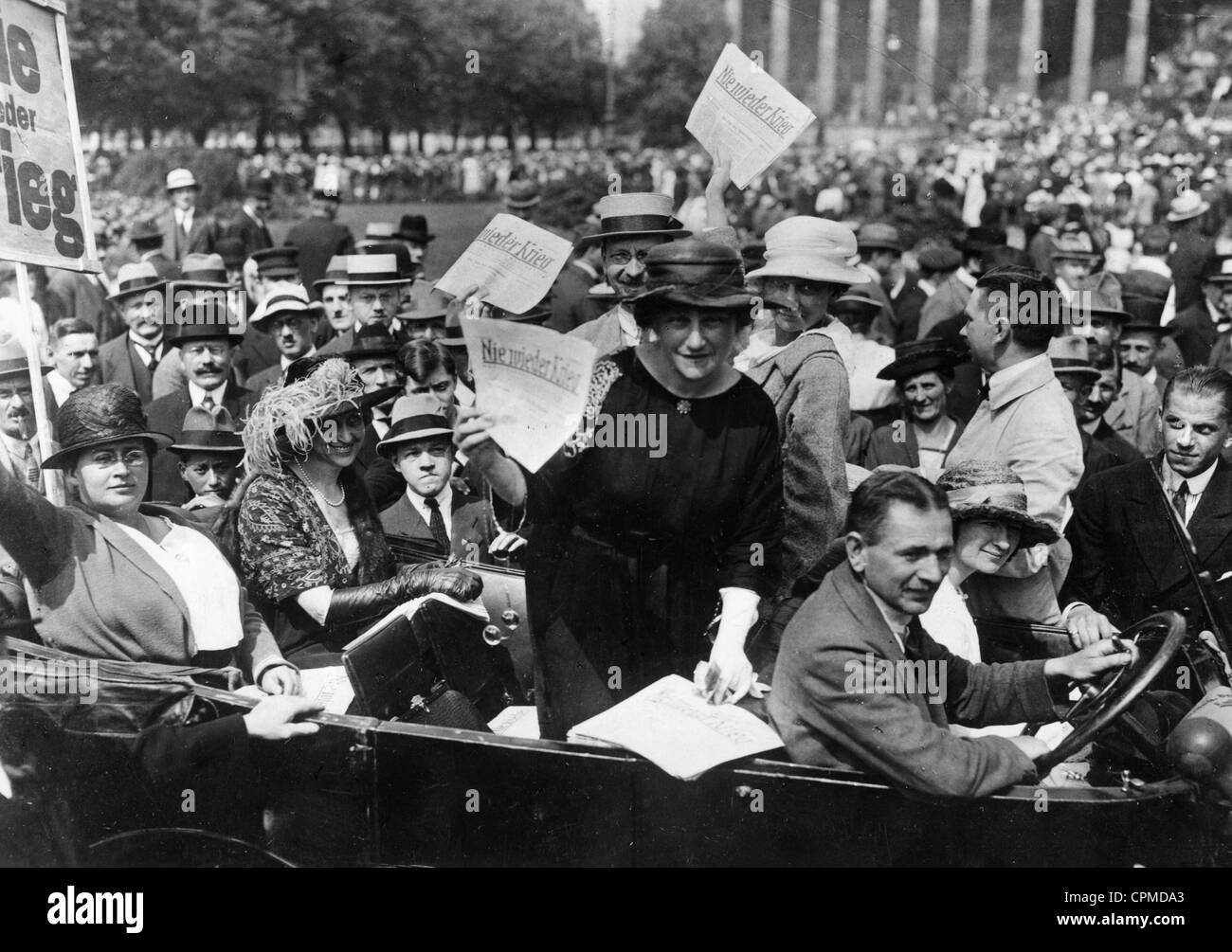 Mileva Einstein-Maric ad una manifestazione pacifista, 1921 Immagini Stock