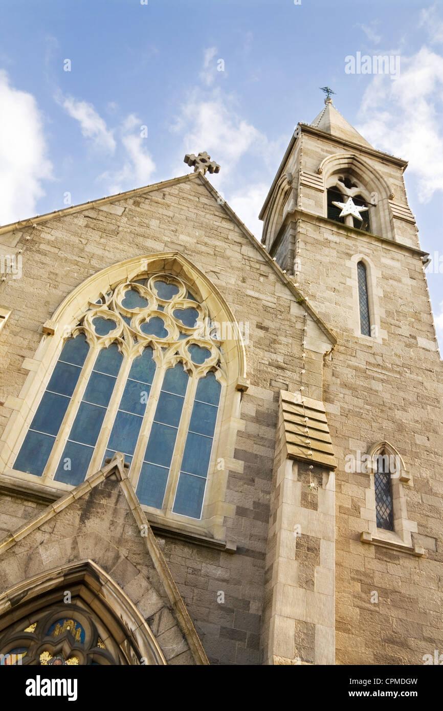 Strada di Dio - la chiesa cristiana e la torre campanaria oltre il cielo blu. Immagini Stock