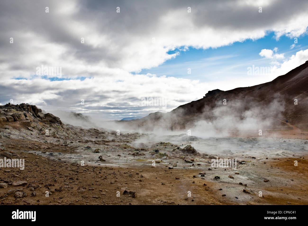 L'Islanda, Namafjall, fumarole e mudpots rilasciando vapore e gas di zolfo Immagini Stock