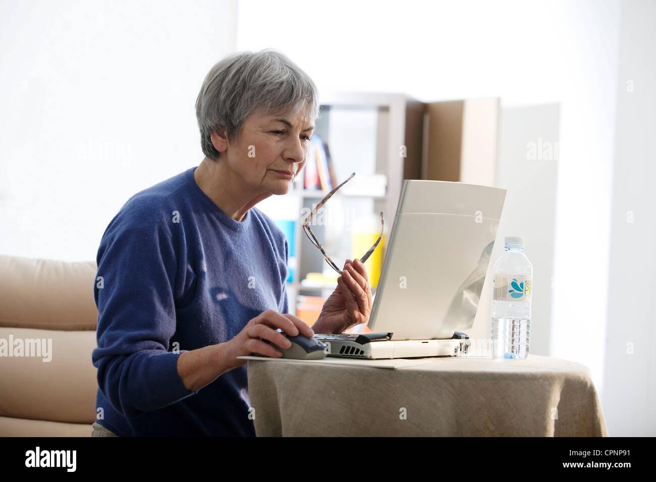 Persona anziana, COMPUTER Immagini Stock